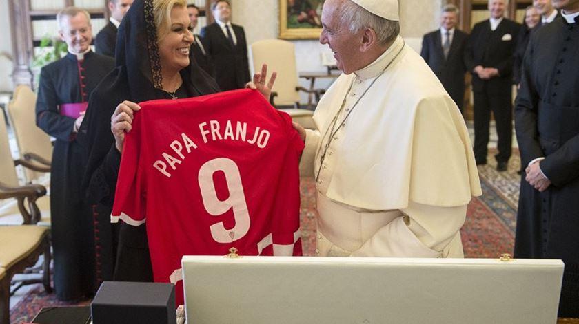 Aqui a receber uma camisola da selecção croata, com o seu nome naquela língua