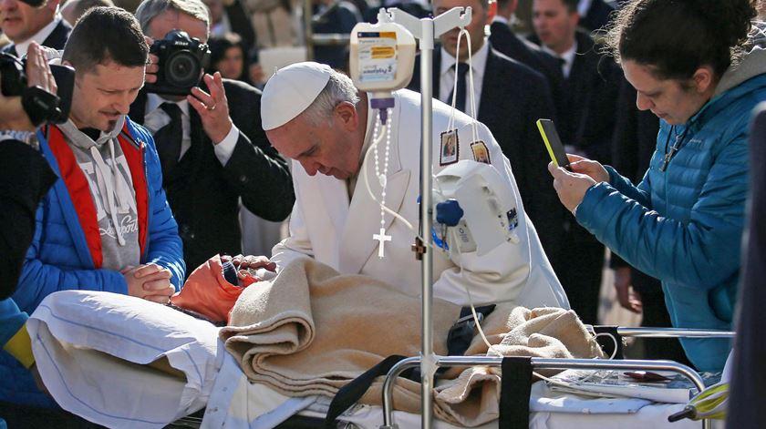 O Papa Francisco a abençoar um menino doente. Foto: DR