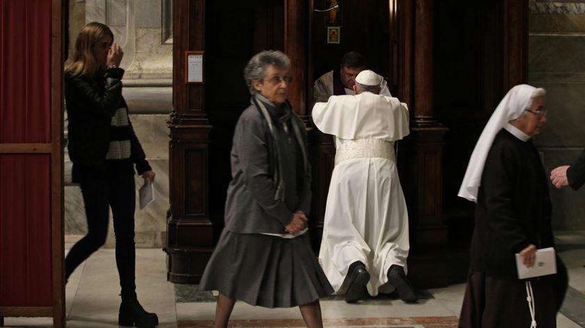 Papa confessa-se na Basílica de São Pedro. Foto: Max Rossi/EPA