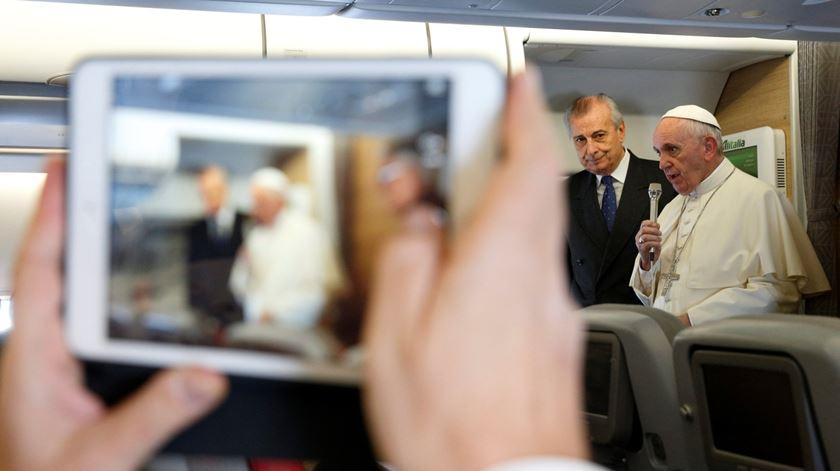 Papa Francisco fala com jornalistas a bordo do avião papal. Foto: Paul Harring/EPA