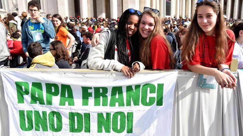Jovens saúdam o Papa Francisco em Roma. Foto: Ettore Ferrari/EPA