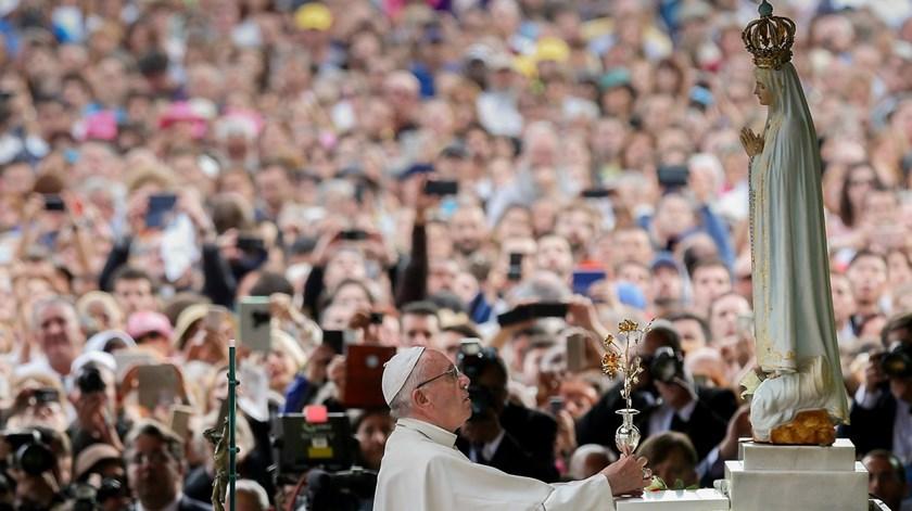 Papa Francisco ofereceu a Rosa de Ouro quando esteve em Fátima, no Centenário das Aparições. Foto: Lusa