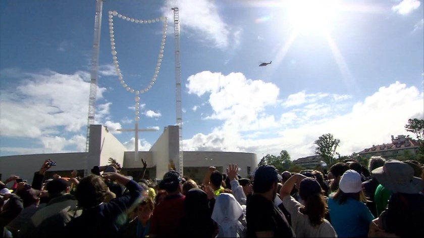 Papa sobrevoa Santuário de Fátima de helicóptero