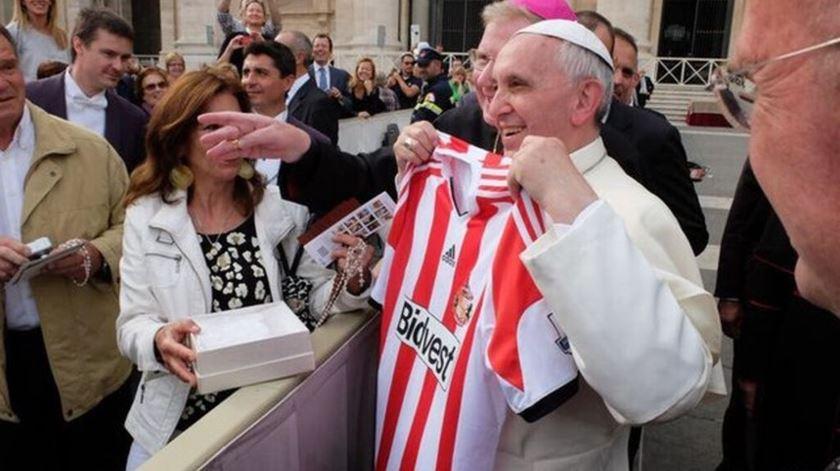 Adeptos do Sunderland oferecem a camisola do clube ao Papa