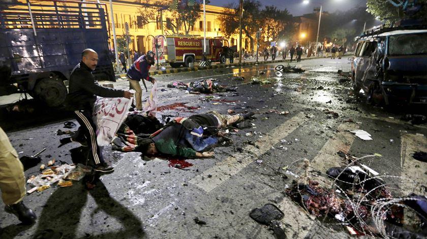 Aparentemente, um bombista suicida que se fez explodir junto a uma carrinha durante uma manifestação. Foto: Rahat Dar/EPA