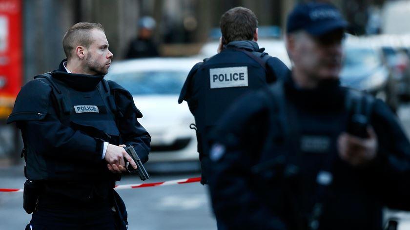 """Paris. Decapitado professor que mostrou caricaturas de Maomé, Macron fala em """"terrorismo islâmico"""""""