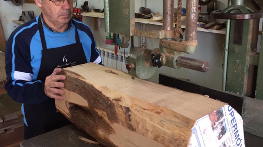 Pedaço de madeira de cedro de onde foi esculpida réplica do confessionário.Foto: DR