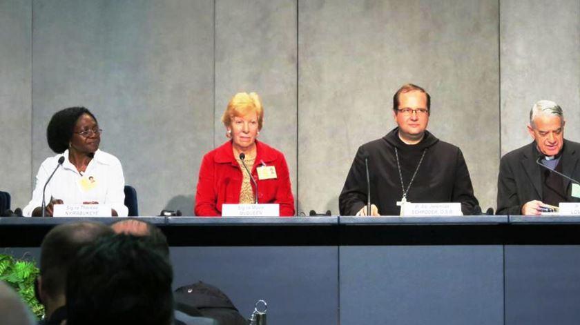 Thérèse Nyirabukeye, Moira McQueen e Jeremias Schröder no briefing do Sínodo 2015. Foto: Twitter