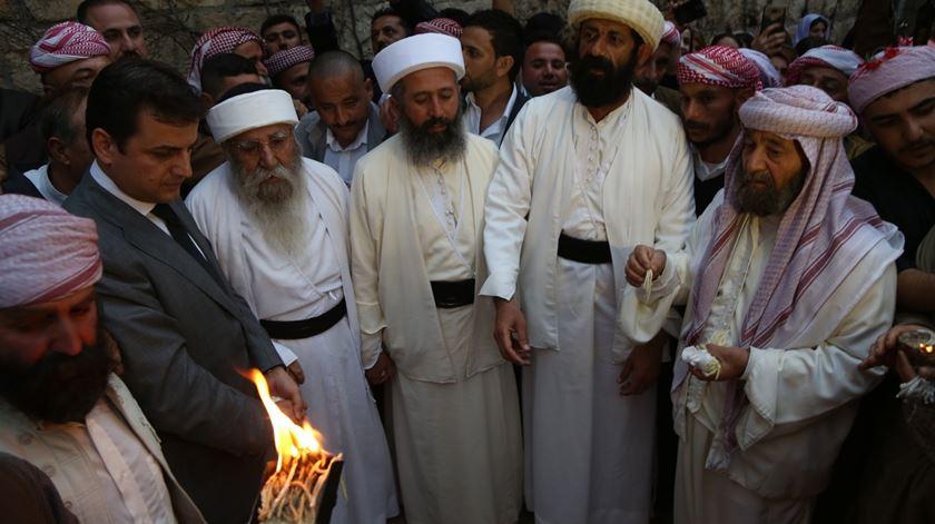 Homens da comunidade yazidi celebram o ano novo. Foto: Gailan Haji/EPA