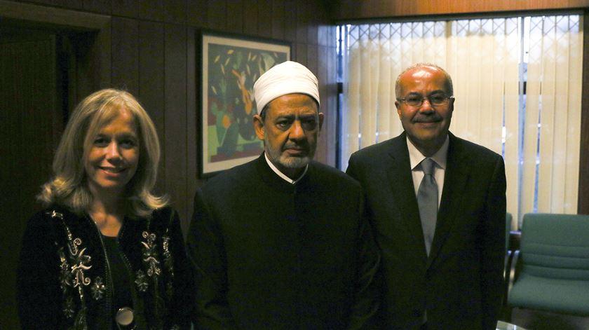 O imã de al-Azhar na Universidade Católica Portuguesa, com a reitora Isabel Capeloa Gil e o embaixador do Egito em Portugal. Foto: Filipe d