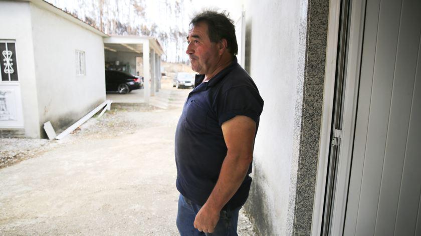 Maximiano no alpendre que serviu de abrigo enquanto salvava a casa das chamas