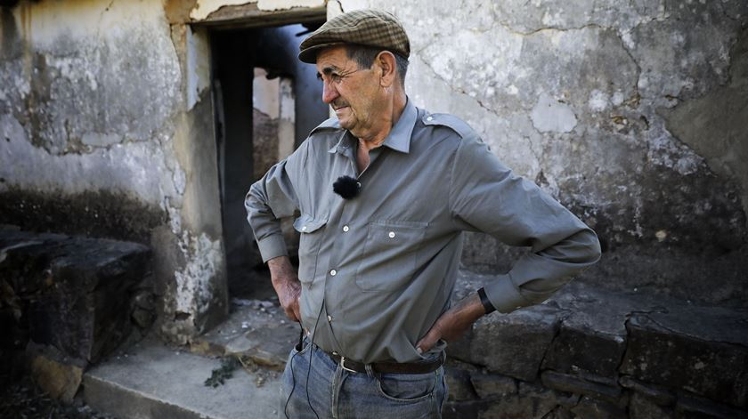 António só queria um telhado até ao Natal. Um ano depois do incêndio em Monchique ainda vive num anexo