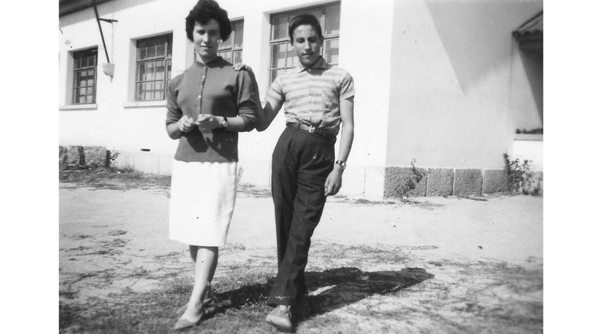 D. António Marto com a irmã, Maria Celeste, fotografados em 1962.