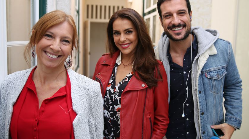 A presidente da associação Corações com Coroa, Catarina Furtado, com Ana Galvão e Renato Duarte. Foto: Ricardo Fortunato/RR