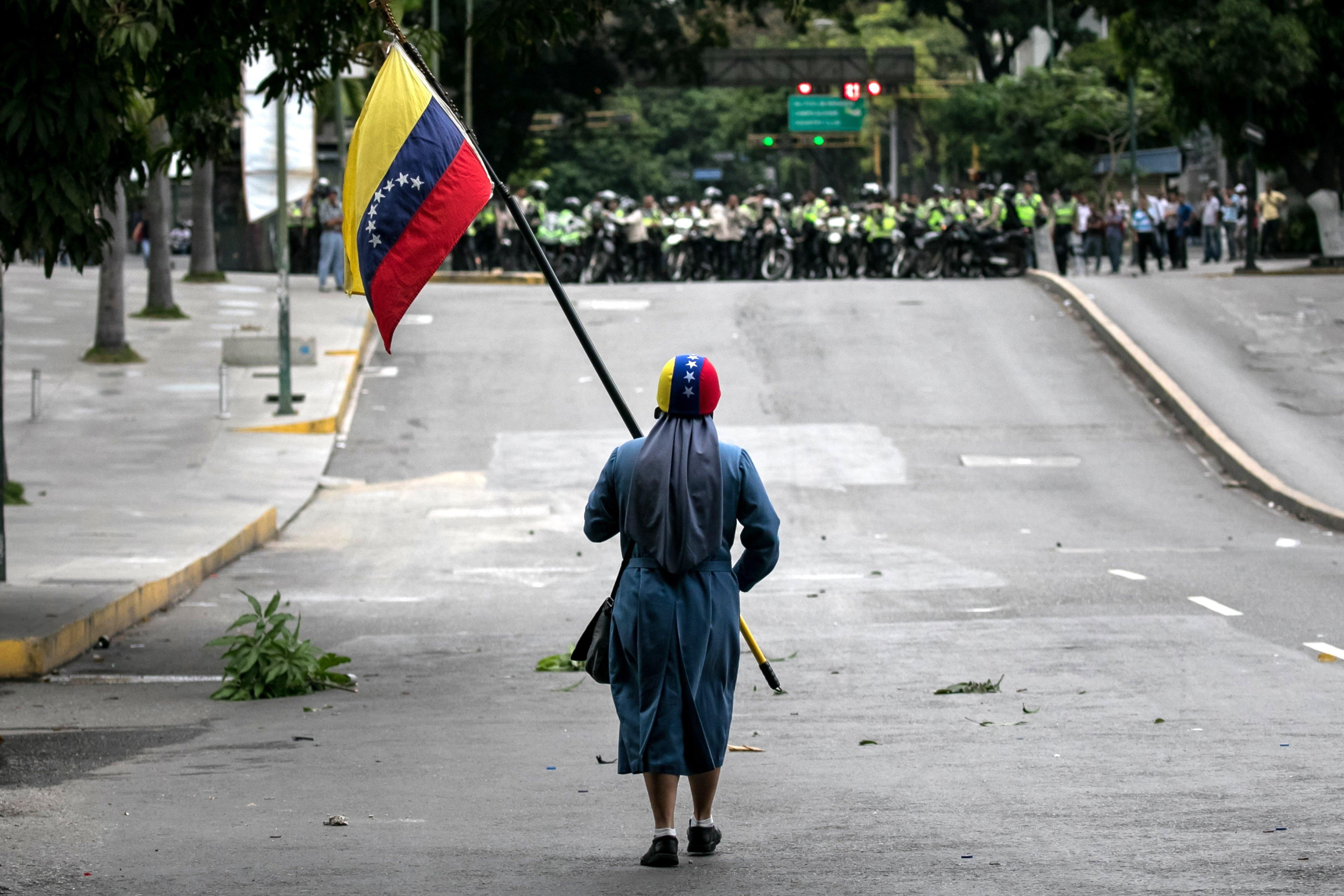 Ataque ao parlamento faz 13 feridos — Venezuela