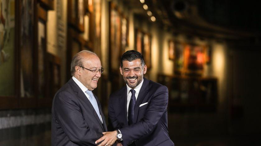 Pinto da Costa e Sérgio Conceição na apresentação do técnico português. Foto: José Coelho/Lusa