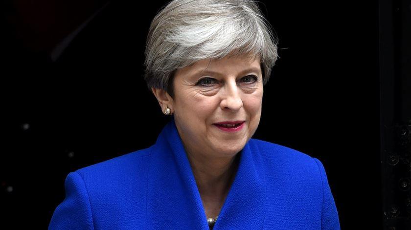 """Theresa May confirma que vai formar Governo e """"liderar as negociações do Brexit"""""""