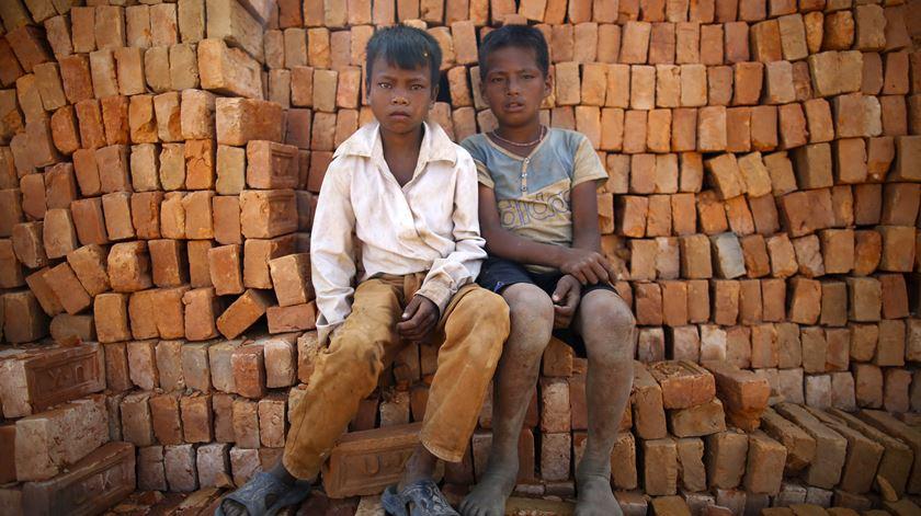 Rapazes do Nepal que trabalham numa fábrica de tijolos em Lalitpur, perto da capital Kathmandu. Foto: Narenda Shrestha/EPA