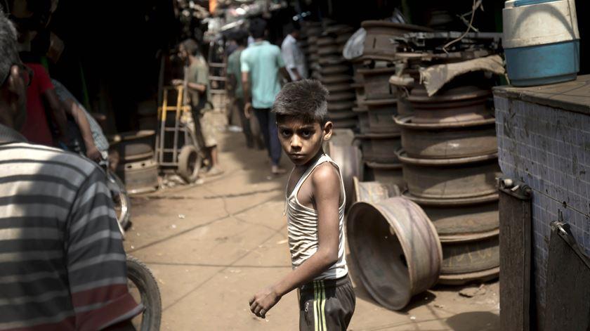 Uma criança indiana que trabalha num mercado de peças de automóveis, em Calcutá. Foto: Piyal Adhikary/EPA