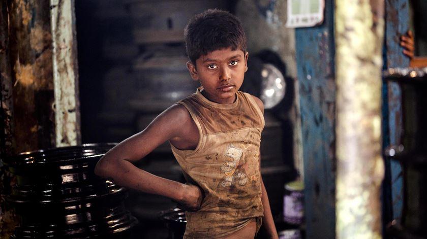Criança de Calcutá, Índia, que trabalha no mercado das peças de automóveis. Foto: Piyal Adhikary/EPA