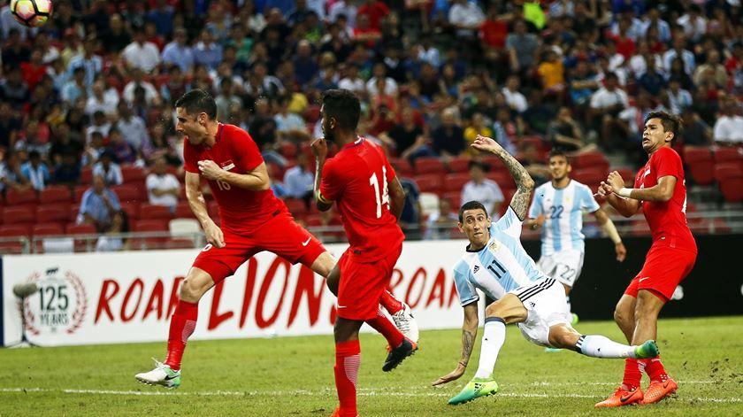Salvio como pano de fundo para o remate do ex-Benfica Di María. Foto: Wallace Woon/EPA
