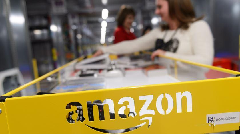 Estados Unidos. Amazon promete aumentar salário mínimo depois das críticas