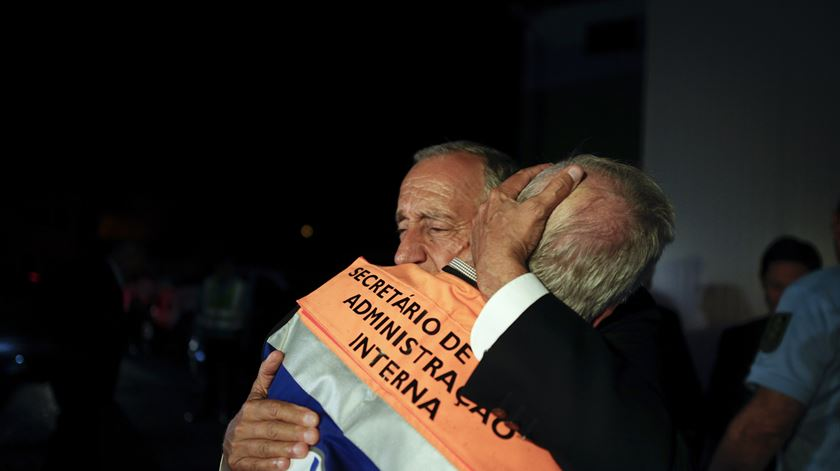 Marcelo Rebelo de Sousa num abraço emocionado ao secretário de Estado. Foto: Paulo Cunha/EPA