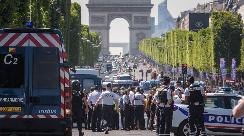 Paris. Condutor tentou abalroar carro da polícia nos Campos Elísios