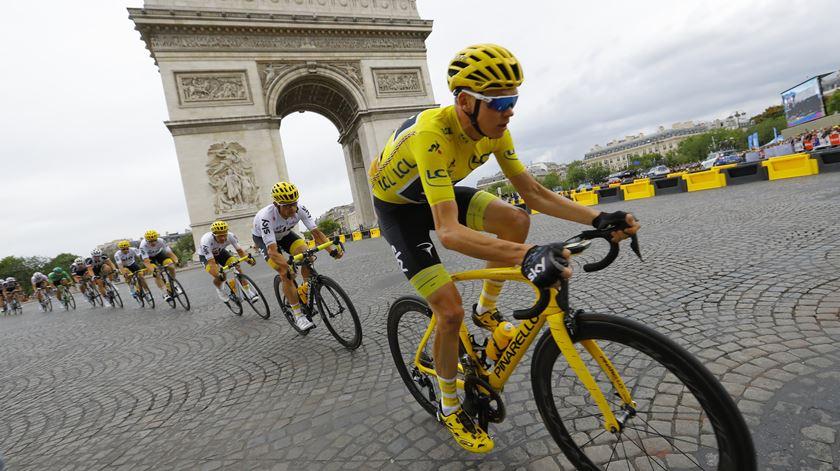 """Volta a França reduz equipas a oito elementos, aposta no """"pavé"""" e mostra novos percursos"""