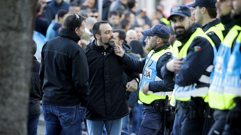 Os polícias apresentaram-se no protesto à civil e não fardados, como inicialmente tinham anunciado, depois de o Tribunal Administrativo de Lisboa ter decidido que o uso da farda em manifestações era ilegal.