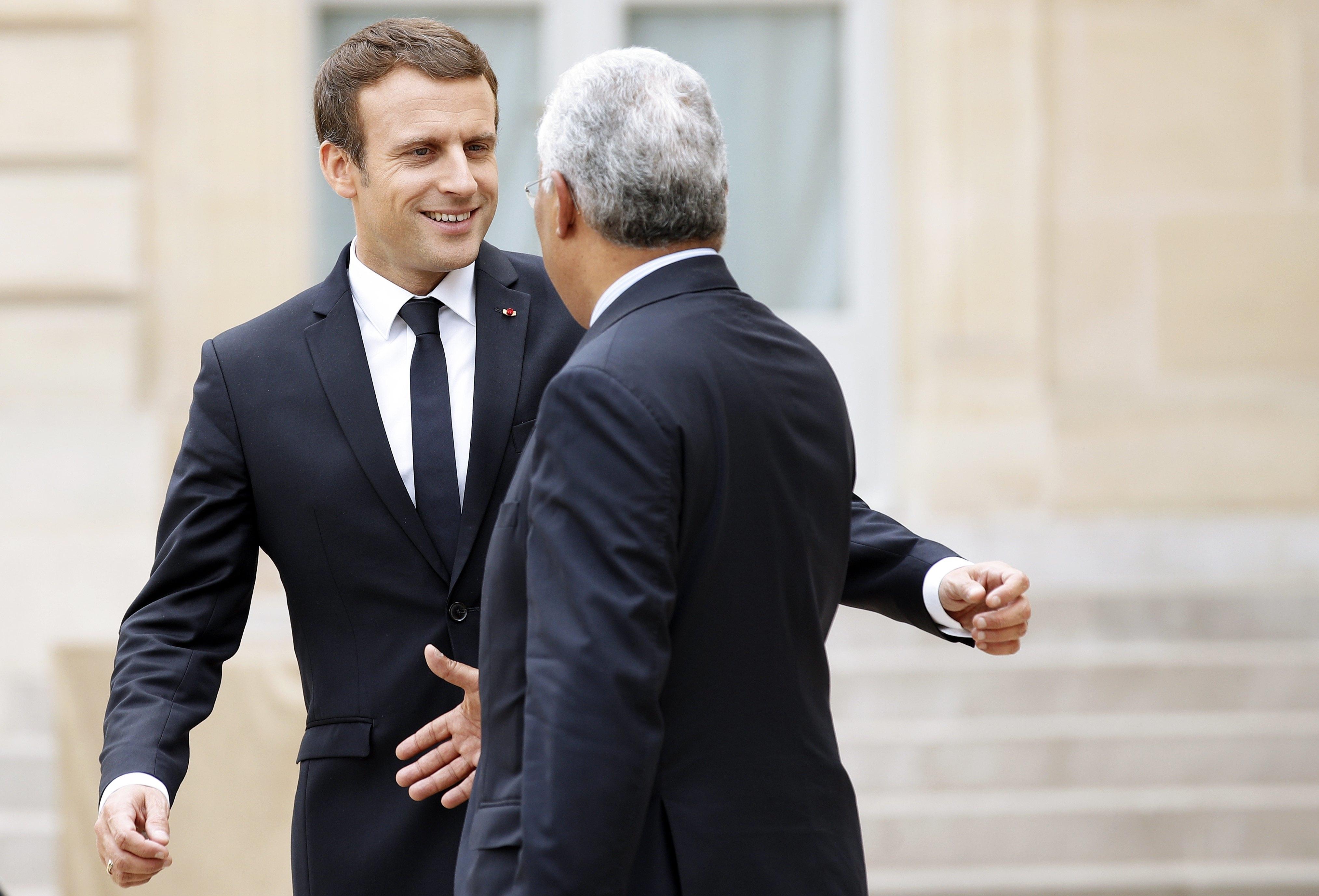 Após 'cutucada' em rede social, Rihanna se encontra com presidente francês