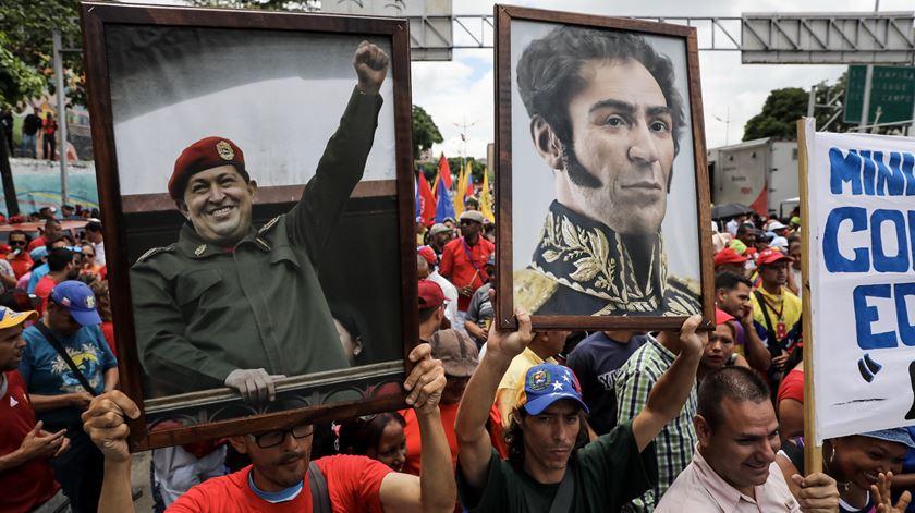 """""""Muitos dos lucros do petróleo têm sido usados para pagar aos apoiantes do chavismo,"""" diz Coppedge. Foto: EPA"""