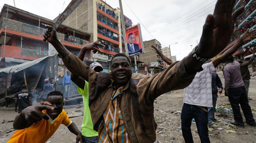 Apoiante da oposição, com uma catana, numa rua de Nairobi. Foto: Daniel Irungu/EPA