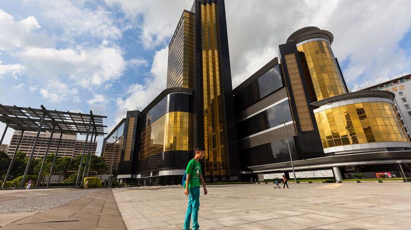 A outra região administrativa especial da China, famosa pelos casinos e parques temáticos, que até há 19 anos teve gestão portuguesa, receberá perto de 9 milhões de turistas até ao fim do ano. Foto: Aleksandar Plaveski/EPA
