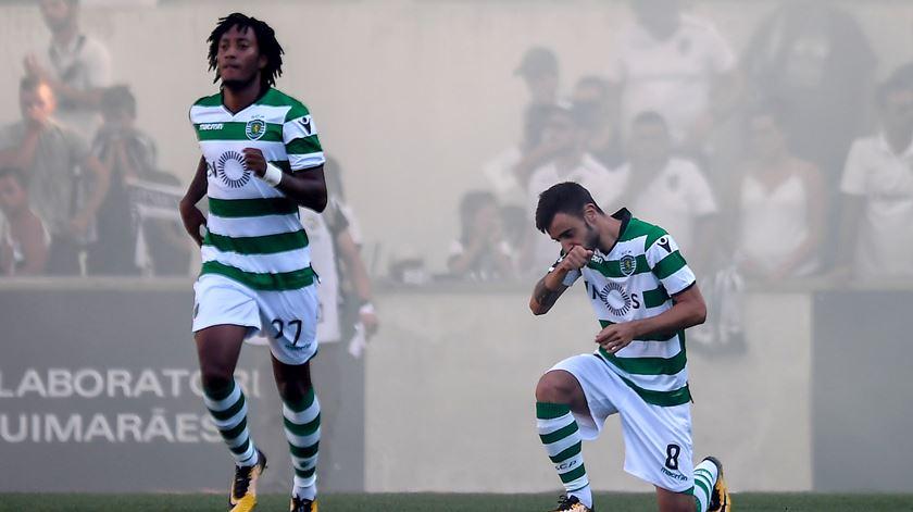 Bruno Fernandes festeja um dos golos em Guimarães. Foto: Hugo Delgado/EPA