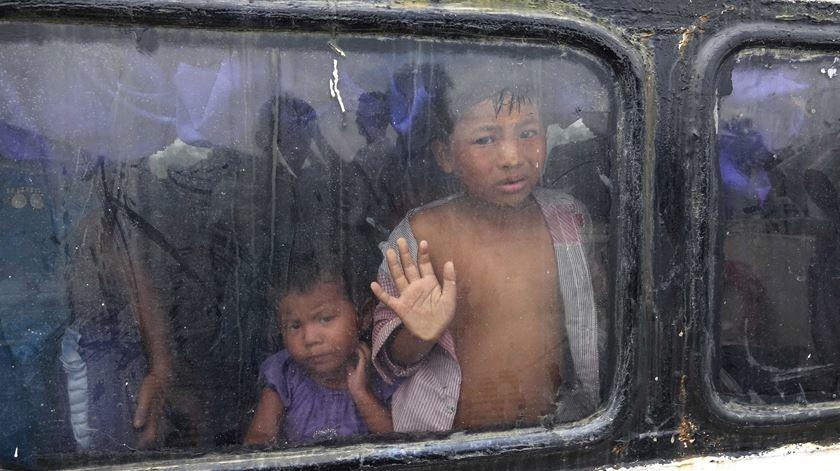 Membros da comunidade rohingya fogem dos combates no Myanmar. Foto: Nyunt Win/EPA