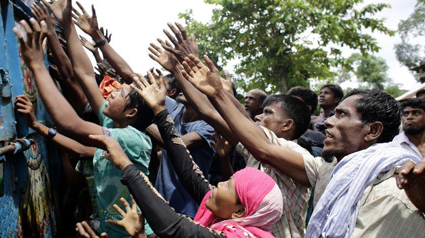 Refugiados rohingya da Birmânia no Bangladesh. O Papa visita os dois países no próximo mês. Foto: Abir Abdullah/EPA
