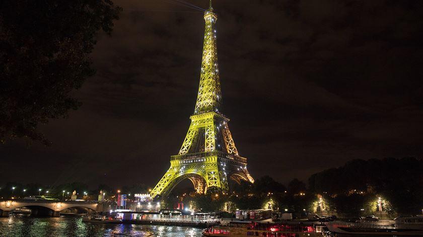 Com cerca de 16,9 milhões de visitantes, Paris é a segunda cidade europeia preferida dos turistas e fica em sexto lugar a nível mundial. Foto: Caroline Blumberg/ EPA
