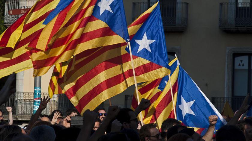 Bandeiras da Catalunha numa manifestação. Foto: Robin Townsend/EPA