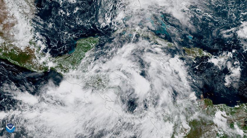Nate se torna um furacão e deve atingir os EUA no domingo