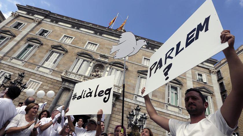 """""""Parlem?"""" Milhares vestidos de branco pedem diálogo na Catalunha"""