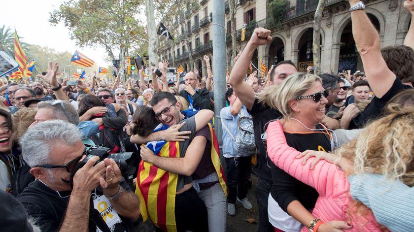 Declaração da independência foi recebida com festejos no exterior do parlamento. Foto: Marta Perez/EPA