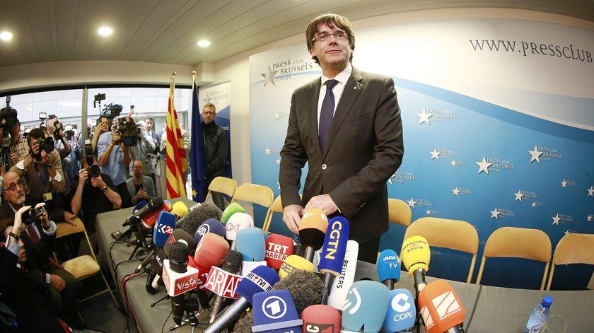 """Puigdemont aceita """"desafio democrático"""" de eleições e recusa pedir asilo político"""