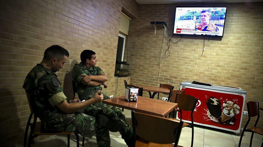 Militares no bar do quartel dos bombeiros