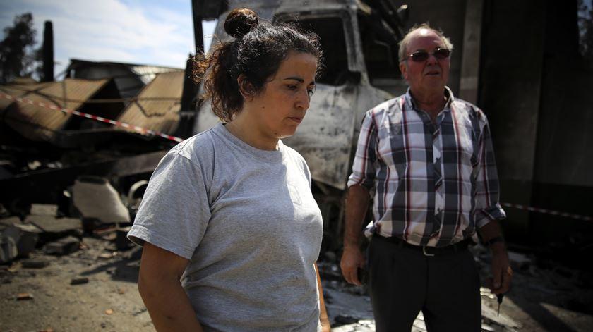 Sandra com o sogro, proprietário da Serração Progresso Castanheirense, quatro dias após o incêndio