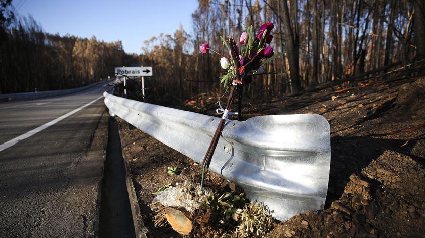 Ao longo da N236-1 encontram-se várias flores a assinalar as mortes das vítimas do incêndio