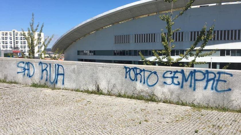 Paredes vandalizadas junto ao Dragão. Foto: DR