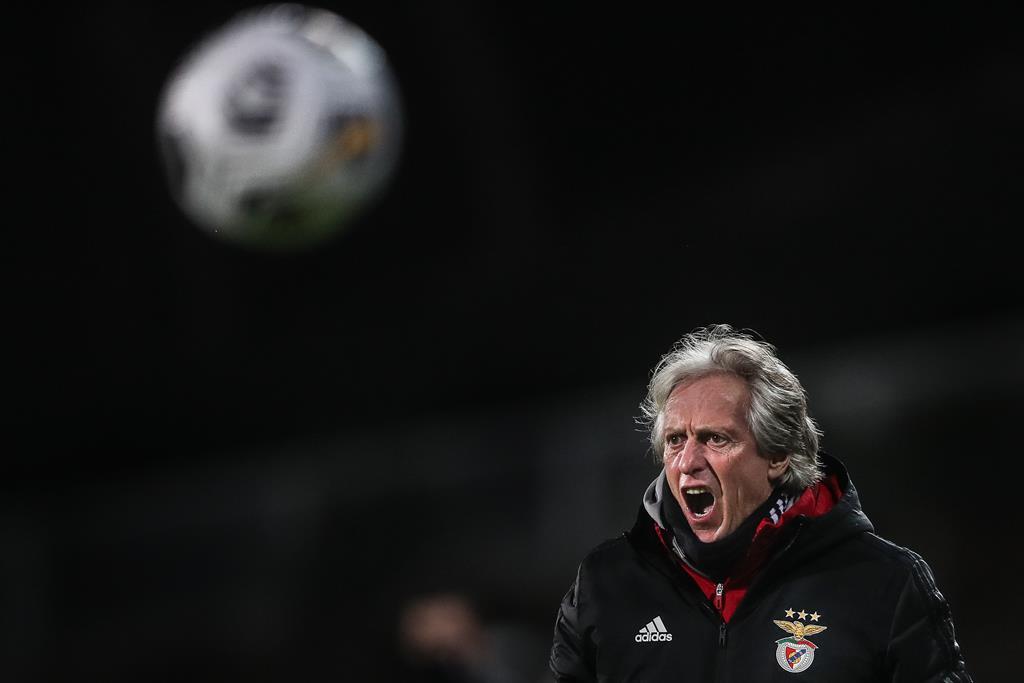 Jorge Jesus a dar indicações no Estoril-Benfica. Foto: Mário Cruz/Lusa