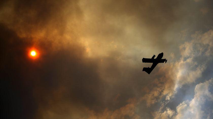 Vários meios aéreos ajudam a combater as chamas na zona de Pedrógão Grande. Foto: Joana Bourgard/RR