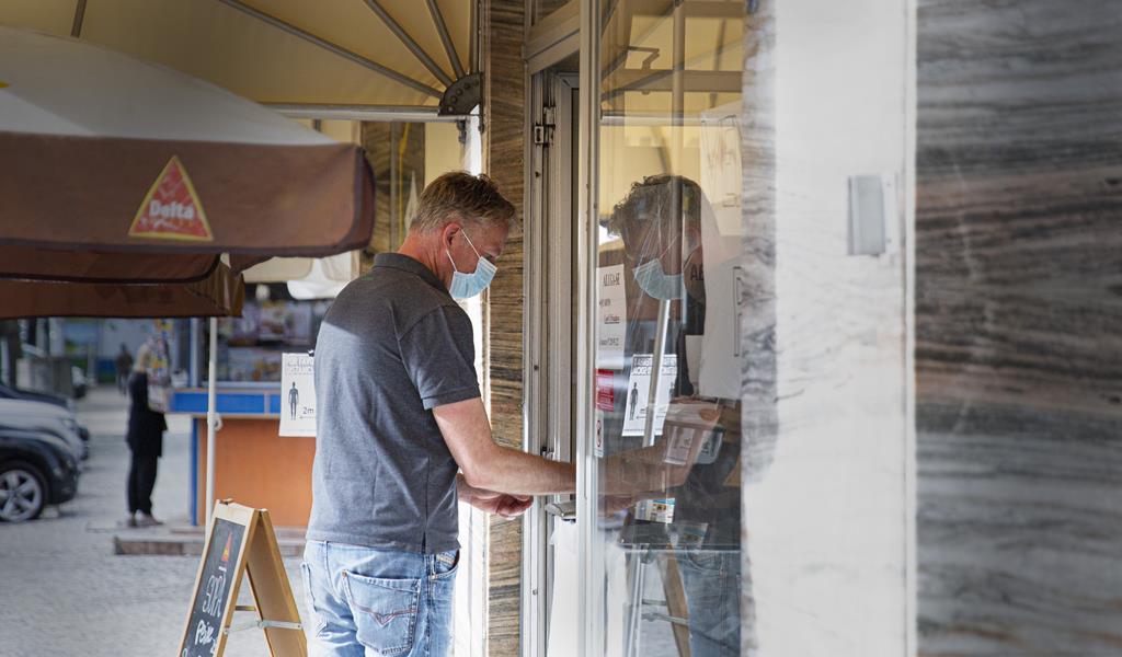Cliente é atendido ao postigo na Pastelaria Avenida. Foto: Sofia Freitas Moreira/RR